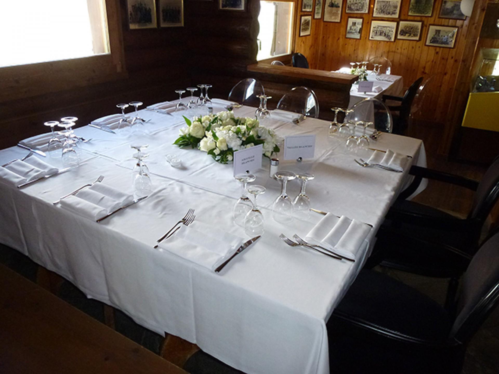 Tavolo preparato per matrimonio
